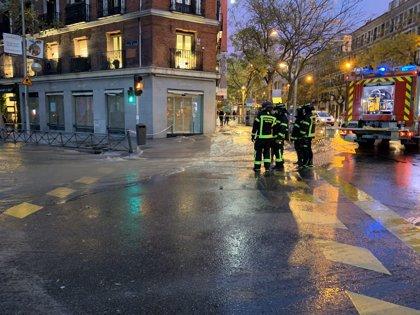 La rotura de una tubería inunda un tramo de la calle Alcalá y un local y obliga a cortar estaciones de la L4 Metro