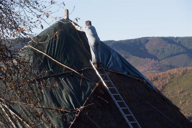 Un hombre trabaja en una palloza situada en la zona de la ruta de Los Ancares, en Lugo, Galicia, (España), a 31 de octubre de 2020.