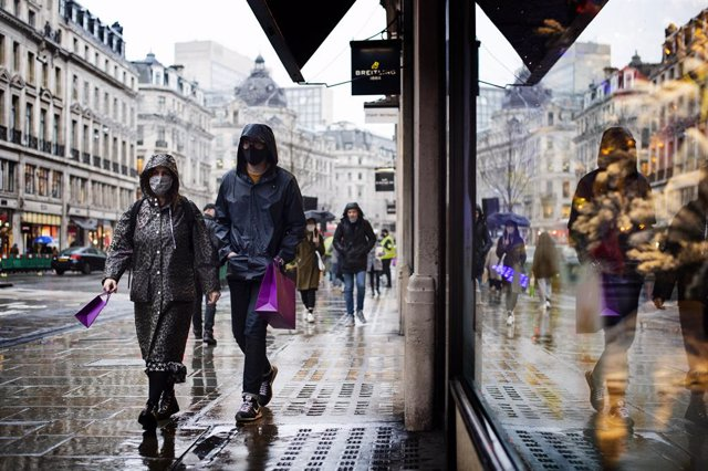 03 December 2020, England, London: Shoppers wear face masks in Regent Street, after the second national lockdown ended and England has a strengthened tiered system of coronavirus restrictions. Photo: Victoria Jones/PA Wire/dpa