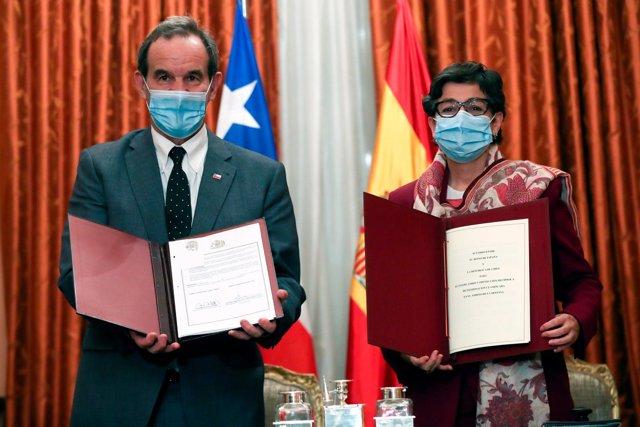 La ministra de Asuntos Exteriores, Unión Europea y Cooperación, Arancha González Laya y su homólogo chileno, Andrés Allamand