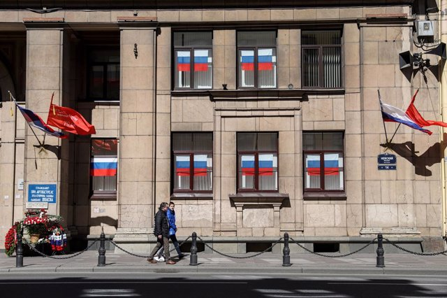 Banderas rusas decoran la fachada de un edificio situado en San Petersburgo.