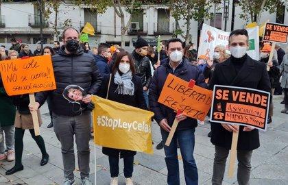 Más de una centenar de personas se concentran en la plaza del Ayuntamiento contra la Ley Celaá