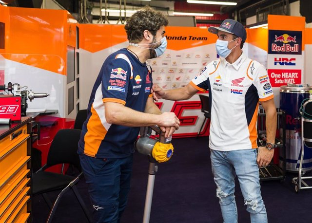 Marc Márquez habla con Santi Hernández en el box del Repsol Honda en Montmeló