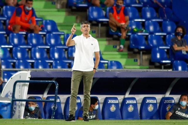 Imanol Alguacil dando instrucciones durante un partido