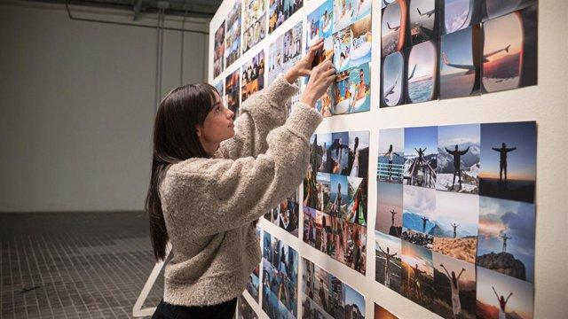 La cineasta Claudia Barral reflexiona sobre la influencia de las redes sociales y la fiebre por los 'likes'