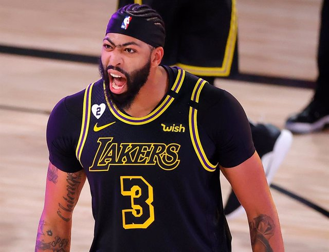 Anthony Davis celebra una victoria de los Lakers