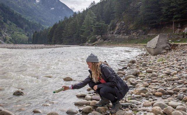 Liberación de una botella con GPS en el Ganges