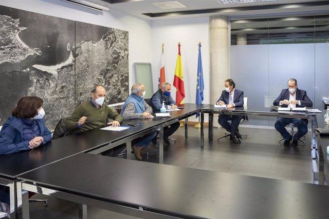 El consejero de Obras Públicas, Ordenación del Territorio y Urbanismo, José Luis Gochicoa, se reúne con miembros de AMA