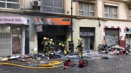 Rescatado un hombre de un incendio en una tienda de antigüedades del centro de València