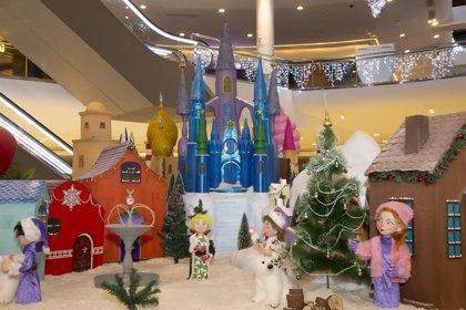 Un poblado navideño mágico, con 200 piezas artesanales, da la bienvenida a la Navidad en Vallsur