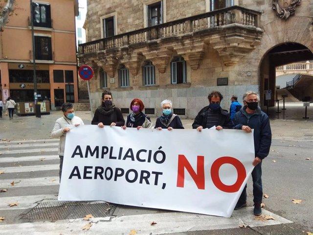 Concentración frente al TSJIB de la Plataforma contra la ampliación del Aeropuerto de Palma.