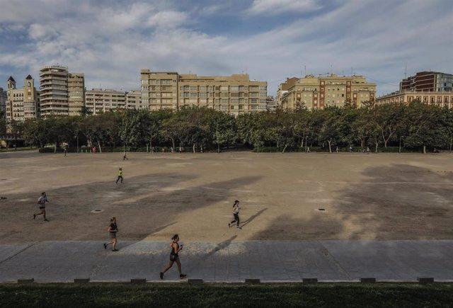 Deportistas en el antiguo cauce del río Turia en el primer día de salida en Valencia tras 48 días en casa por el coronavirus, en que los adultos pueden salir a pasear y a hacer deporte, en  Valencia / Comunidad Valencia (España), a 2 de mayo de 2020.