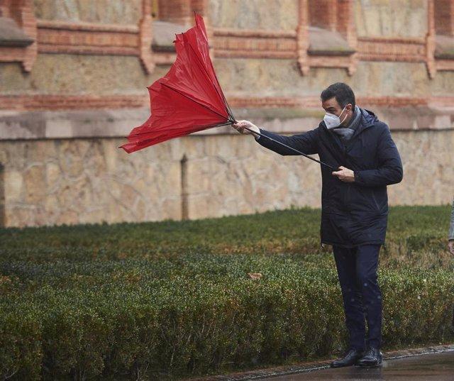 El presidente del Gobierno, Pedro Sánchez, con el paraguas volcado a su llegada a la Capilla del Seminario Mayor de Comillas, Cantabria (España), a 4 de diciembre de 2020.