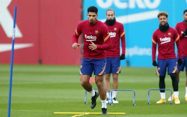 El jugador del FC Barcelona Ronald Araújo en un entrenamiento de la temporada 2020/21