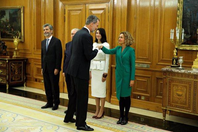 El Rey Felipe VI (3i), da la mano a la presidenta del Congreso de los Diputados, Meritxell Batet (1d); junto al presidente del Tribunal, Supremo Carlos Lesmes (1i); el presidente del Tribunal Constitucional, Juan José González Rivas (2i); y la presidenta
