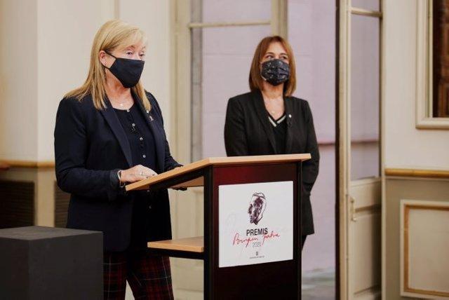 La consellera de Cultura, Àngels Ponsa, i la directora general de Política Lingüística, Ester Franquesa, en el lliurament dels Premis Pompeu Fabra