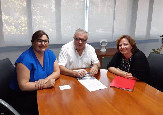 El delegado de Empleo en Almería junto con representantes de ATA