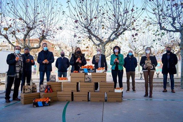 El conseller de Educación, Josep Bargalló, y la consellera de Agricultura, Ganadería, Pesca y Alimentación, Teresa Jordà, en la presentación del programa de fruta en las escuelas
