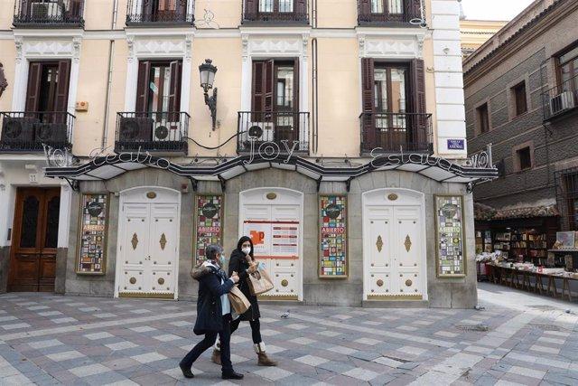 Dos mujeres pasan por la sala Joy Eslava un día después del anuncio de su cierre temporal, en Madrid (España), a 12 de noviembre de 2020. La discoteca Joy Eslava ha cerrado su mítica sala ubicada en el centro de la capital para acometer obras de mejora y