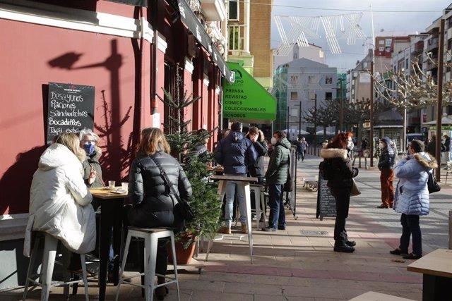 Persones assegudes en una terrassa en León, Castella i Lleó, a 4 de desembre de 2020.