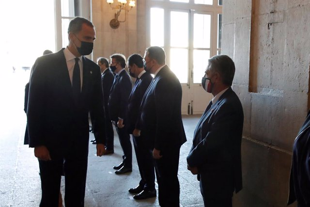 El Rey Felipe VI saluda al presidente de Cantabria, Miguel Ángel Revilla (1d), a su llegada al homenaje de Estado a las víctimas de la pandemia de coronavirus y a los colectivos que le han hecho frente en primera línea, que se ha celebrado este jueves en