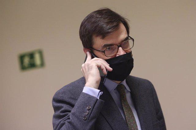 El secretario de Estado para la Unión Europea, Juan González-Barba Pera, habla por teléfono antes de la Comisión Mixta para la Unión Europea en el Congreso de los Diputados, en Madrid (España), a 26 de noviembre de 2020. En dicha comisión González-Barba i