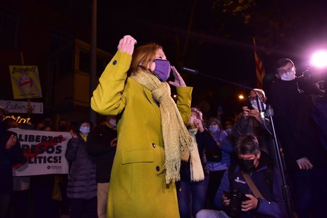 La expresidenta del Parlament, Carme Forcadell, se dirige a los manifestantes concentrados ante la cárcel de Wad-Ras, en Barcelona, minutos antes de su reingreso en prisión, este viernes 4 de diciembre del 2020.