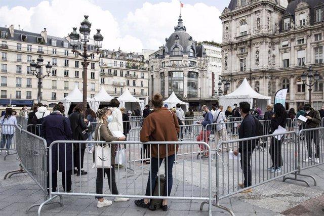 Colas para hacer pruebas PCR frente al Ayuntamiento de París
