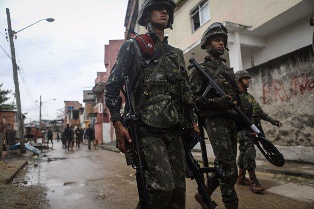 Policías brasileños en una calle del país