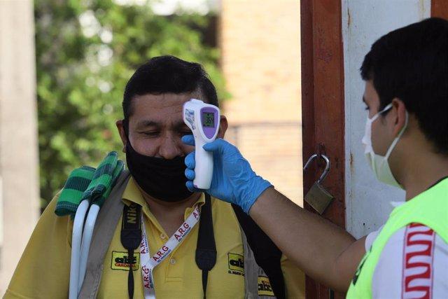 Controles sanitarios por la pandemia de coronavirus en un estadio de fútbol de Paraguay