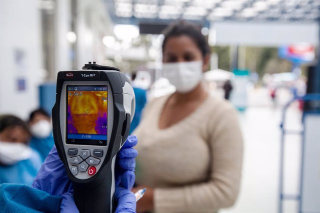 04 March 2020, Ecuador, Tulcan: Ecuadorian health workers use a thermal imaging camera with temperature measurement to take people's temperature at the border with Colombia, amid the Coronavirus outbreak. Photo: Juan Diego Montenegro/dpa