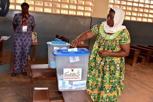 Una mujer vota en las elecciones parlamentarias en Camerún en febrero de 2020