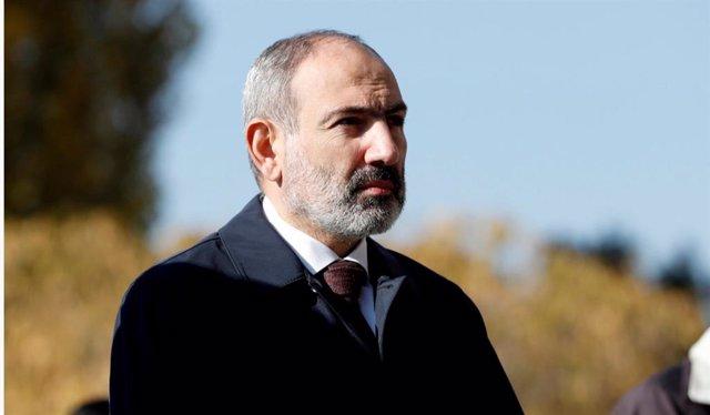 El primer ministro de Armenia, Nikol Pashinián, en una ceremonia en recuerdo de los militares caídos en Nagorno Karabaj