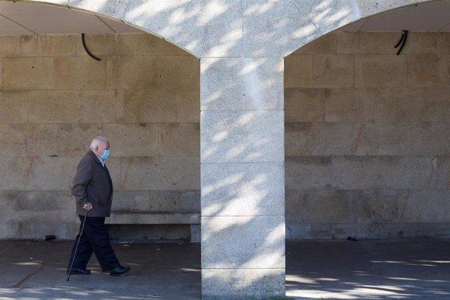 Un anciano camina por una vía de Vilalba el mismo día de la entrada en vigor de nuevas restricciones impuestas por la crisis del Covid-19 en el municipio, en Vilalba, Lugo, (España), a 21 de noviembre de 2020. Entre las medidas, además del cierre perimetr