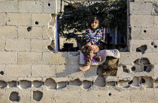22 November 2020, Palestinian Territories, Gaza City: A Palestinian girl sits at the window of her family's house. Photo: Mahmoud Issa/Quds Net News via ZUMA Wire/dpa