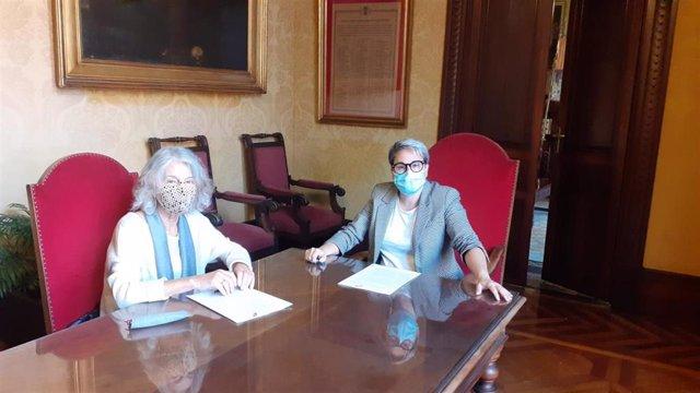 La regidora de Justicia Social, Feminismo y LGTBI de Cort, Sonia Vivas, y la presidenta de la Asociación de Amigos del Pueblo Saharaui, Catalina Rosselló en la firma del convenio.