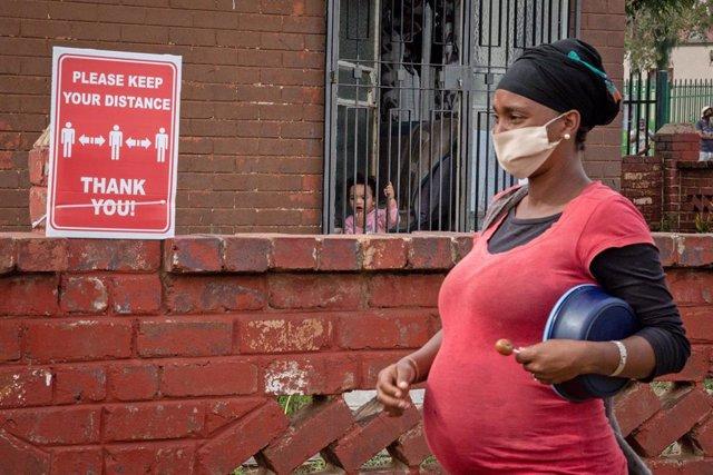 Una mujer con mascarilla en Sudáfrica