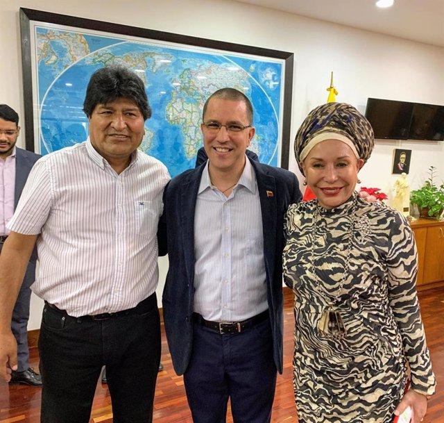 El expresidente boliviano, Evo Morales; el ministro de Relaciones Exteriores venezolano, Jorge Arreaza, y la exsenadora colombiana Piedad Córdoba en Caracas