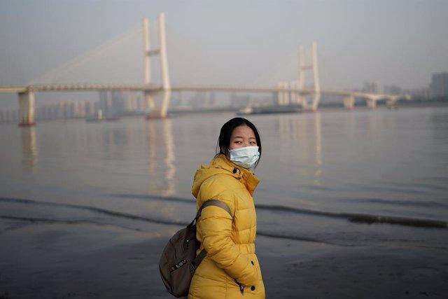 Una mujer con mascarilla en Wuhan (China)