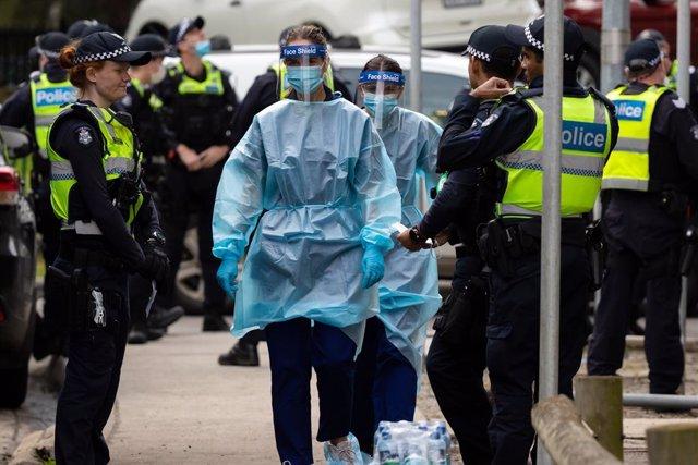 Un grupo de agentes de la Policía de Melbourne escolta a trabajadores sanitarios, durante la crisis del coronavirus.