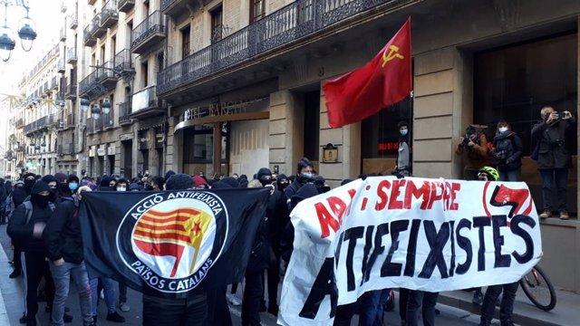 Una manifestació antifeixista amb unes 150 persones es dirigeix aquest diumenge al matí cap a la plaça Sant Jaume de Barcelona, on aquest migdia se celebrarà un acte de Vox pel Dia de la Constitució.