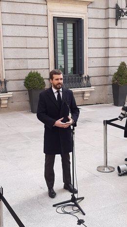 El líder del PP, Pablo Casado, atén els periodistes abans de participar en l'acte de 42è aniversari de la Constitució al Congrés. Madrid, 6 de desembre del 2020.