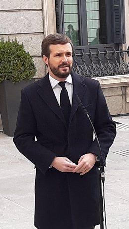El líder del PP, Pablo Casado, atén els mitjans abans de participar en l'acte de 42è aniversari de la Constitució al Congrés. Madrid, 6 de desembre del 2020.