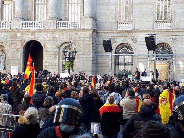 El president de Vox, Santiago Abascal, en un acte del partit a la plaça Sant Jaume de Barcelona pel Dia de la Constitució.