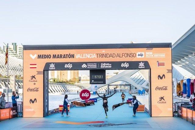 Kibiwott Kandie polvoritza el rècord mundial de mitja marató a València