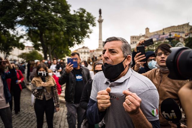 14 November 2020, Portugal, Lisbon: A protester wearing a face mask chants slogans during a protest against the restrictions on restaurants, nightclubs and small shops due to the Coronavirus (Covid 19) pandemic. Photo: Henrique Casinhas/SOPA Images via ZU