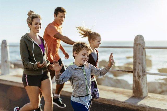 Familia haciendo ejercicio.