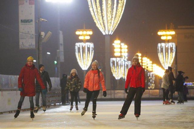 Ciudadanos patinando sobre hielo en una pista en la Exhibición de Logros de la Economía Nacional, en Moscú