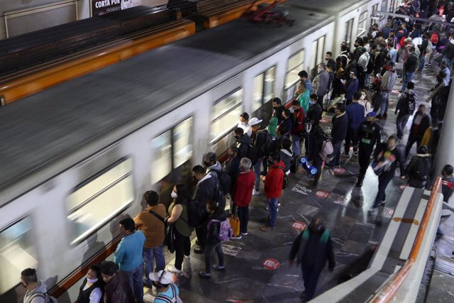 21 November 2020, Mexico, Mexico City: People wait for the train at a platform of Pantitlan metro station. Photo: Carlos Mejia/El Universal/El Universal via ZUMA Wire/dpa
