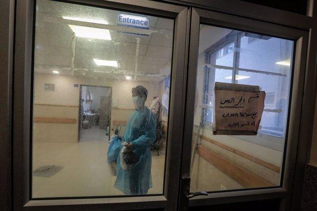 Un médico en una zona de cuarentena cerca de la UCI para enfermos de coronavirus del hospital de Shifa